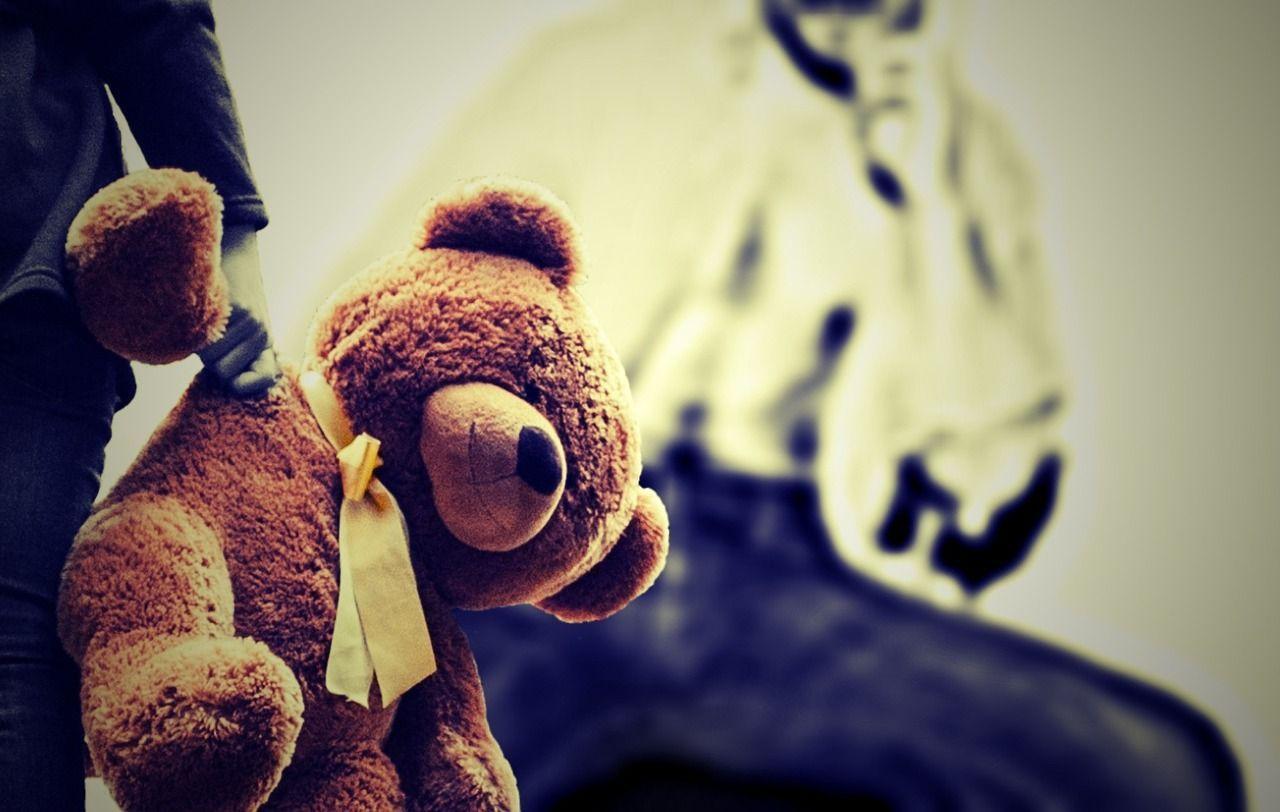 Violenze sessuali sui tre figli e sul cane di famiglia, arrestati marito e moglie
