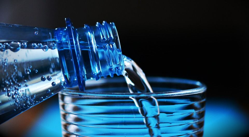 Microparticelle di plastica nelle bottiglie d'acqua: 11 marchi analizzati