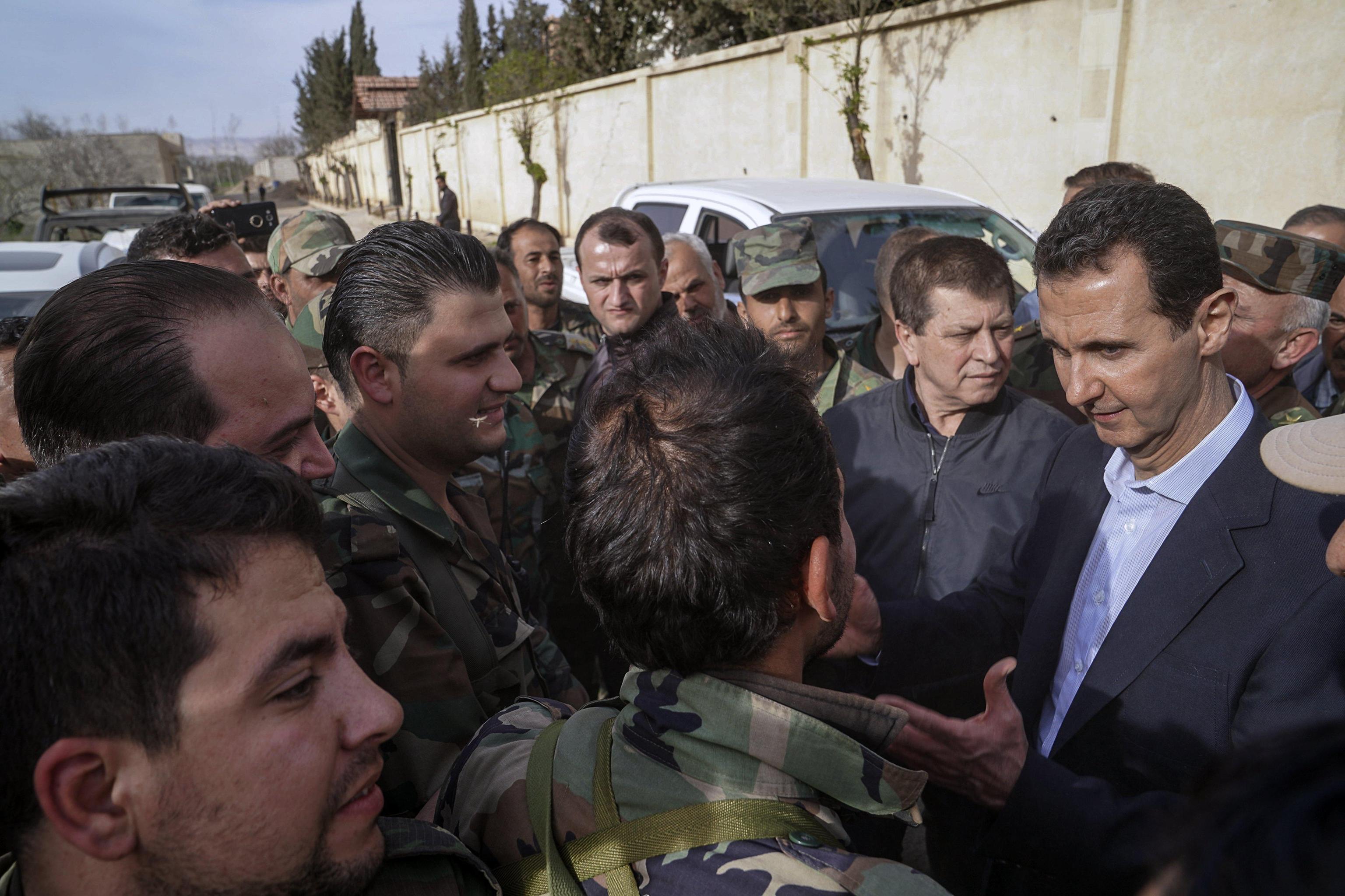 Bashar Al Assad visita le truppe siriane nella Ghouta orientale