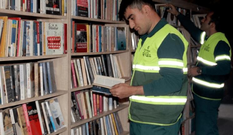 La biblioteca degli spazzini: oltre seimila volumi recuperati per strada e messi a disposizione di tutti