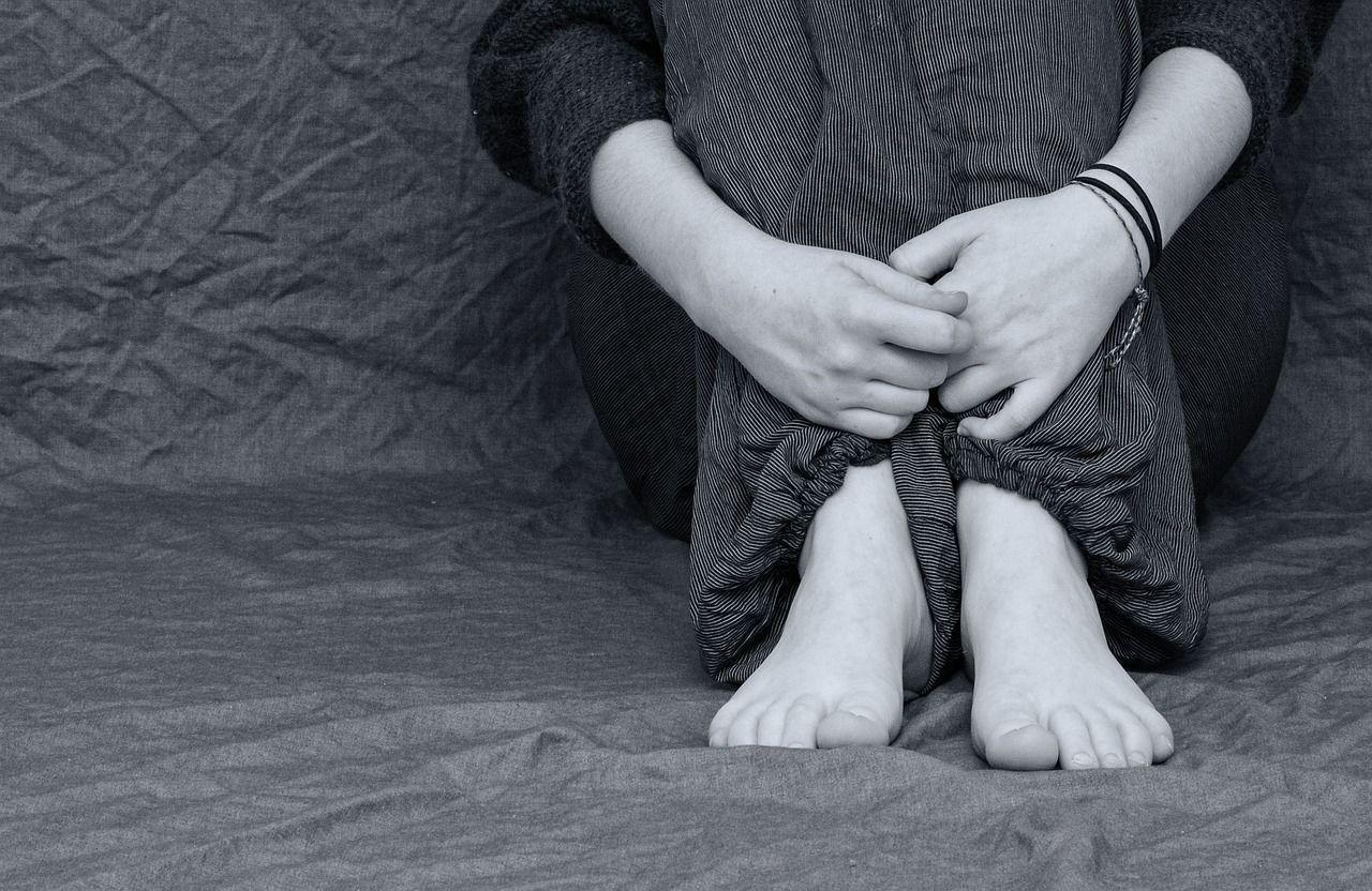 Botte e ustioni dalla famiglia perché gay: la denuncia di un 14enne napoletano