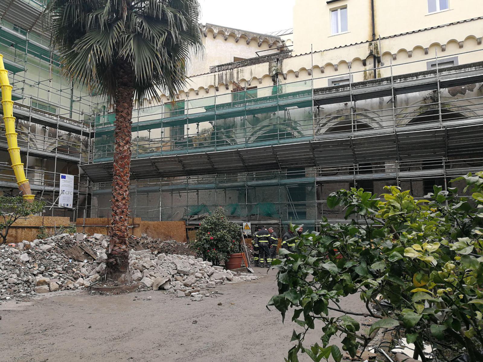 Crolla ex convento a Napoli, tre operai feriti: estratto vivo anche il quarto operaio