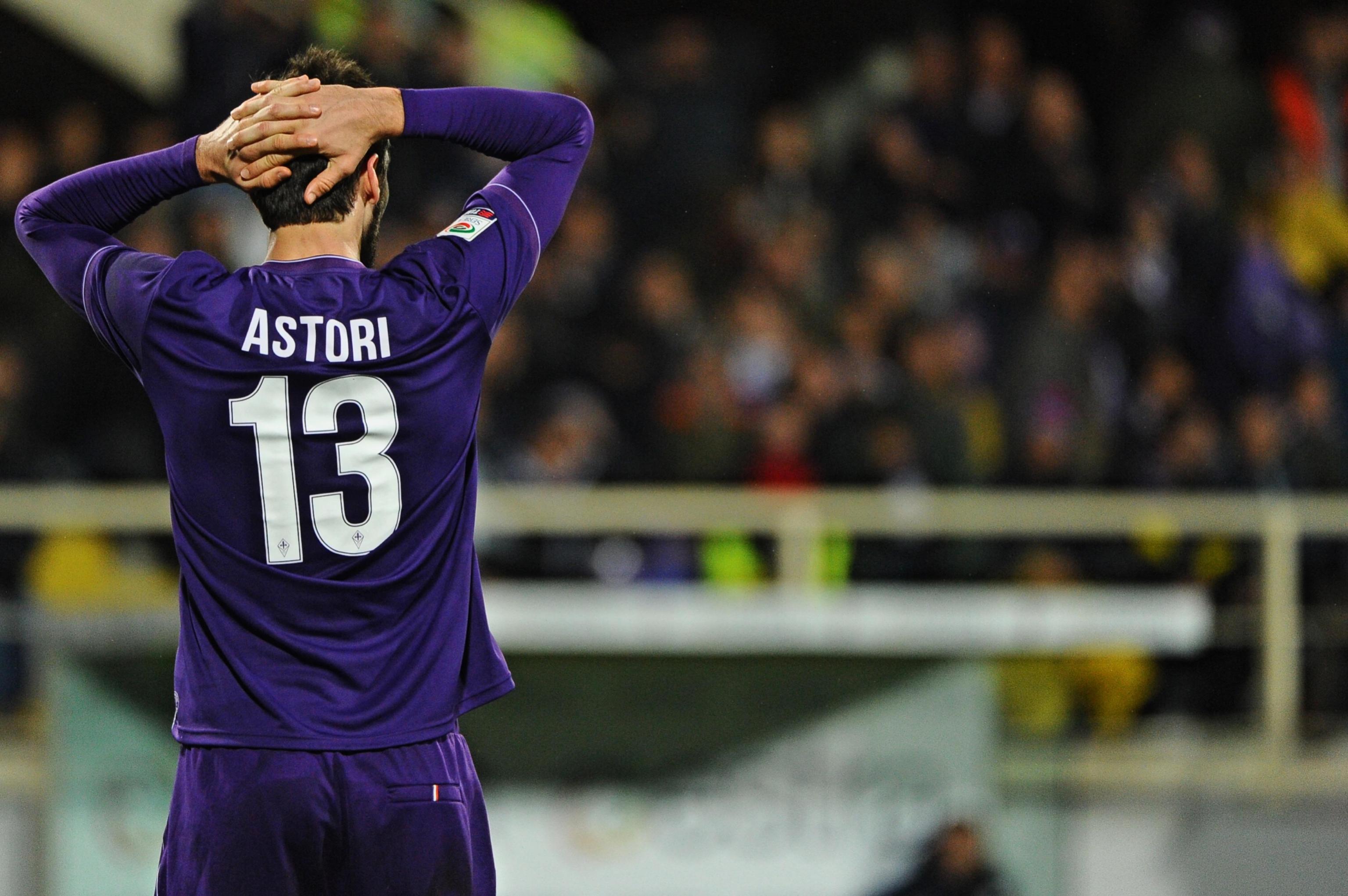 Davide Astori morto, Fiorentina e Cagliari ritirano la maglia 13: l'ultimo WhatsApp con il compagno di squadra