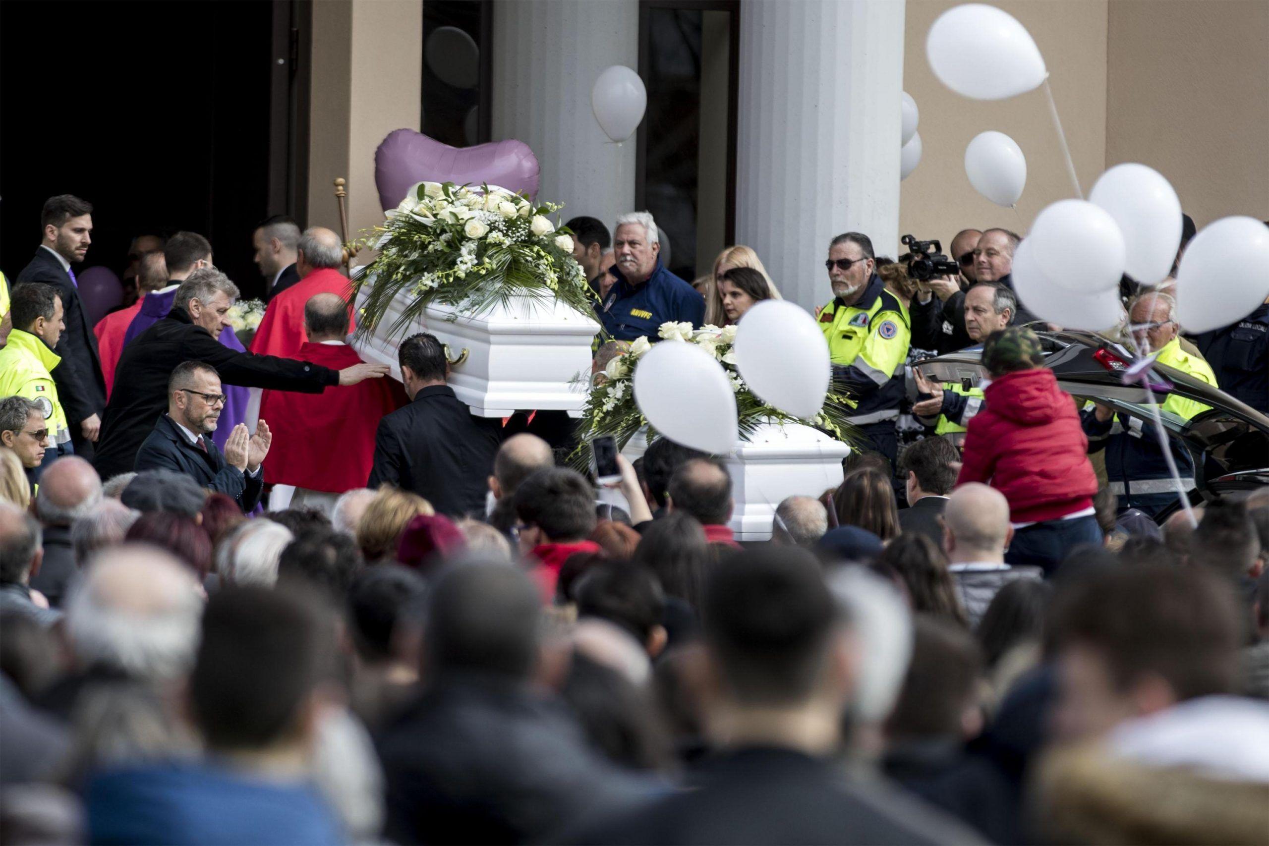 Strage di Cisterna di Latina, il parroco ai funerali delle bimbe: 'Preghiamo per il padre'