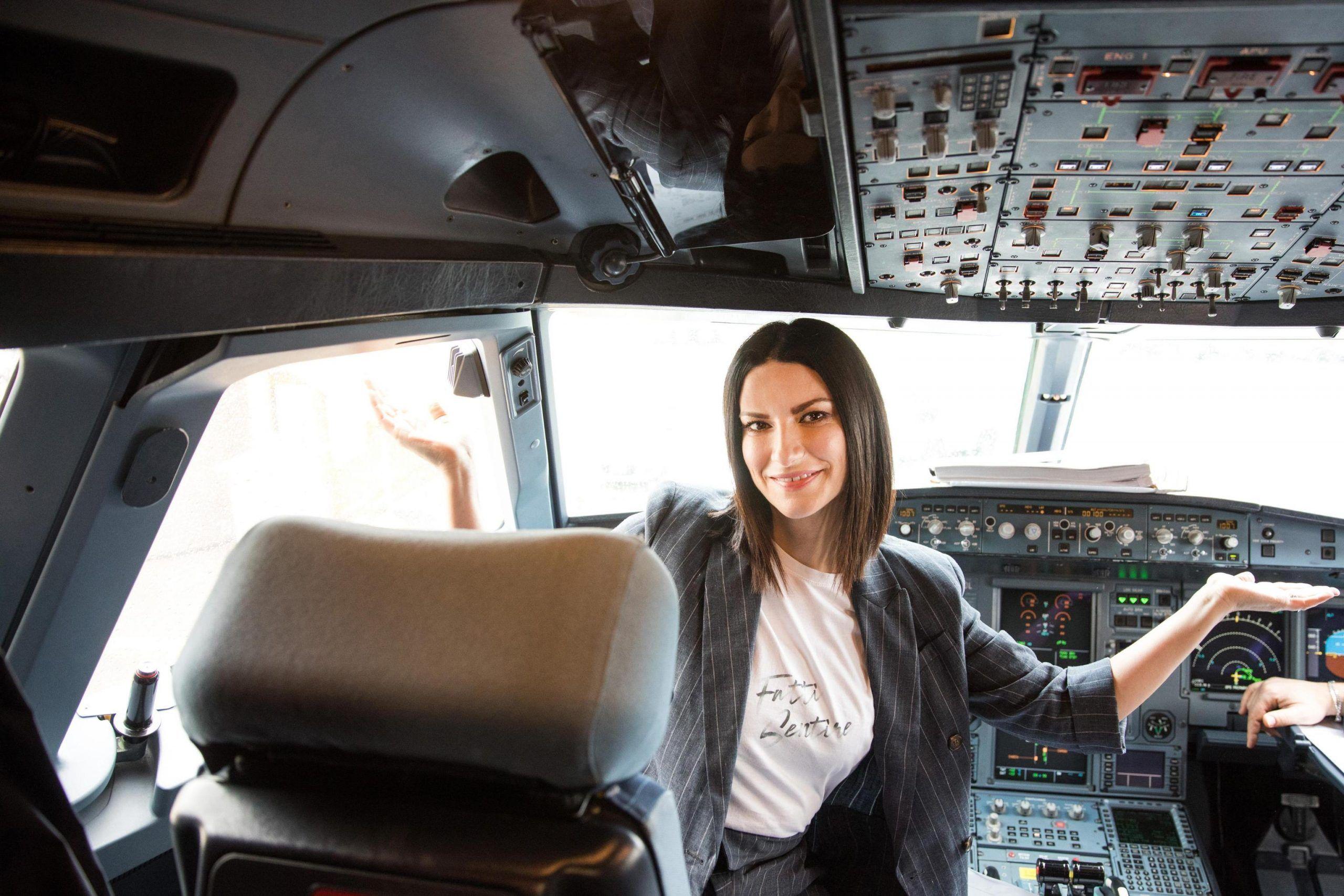 Fatti Sentire, Laura Pausini torna con il nuovo album e festeggia i 25 anni di carriera in volo