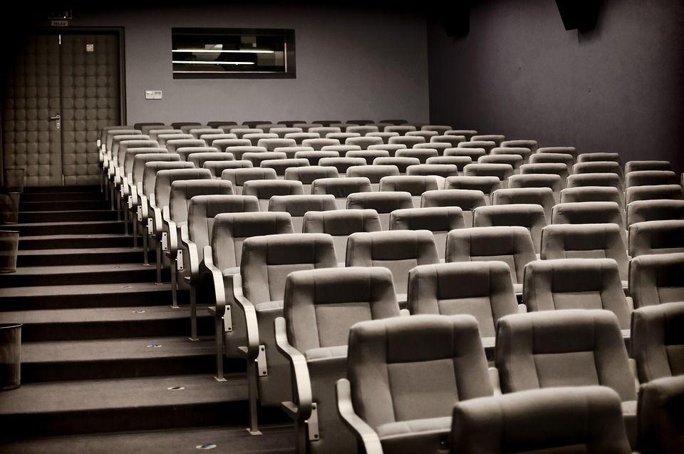 resta incastrato nella poltrona del cinema e muore