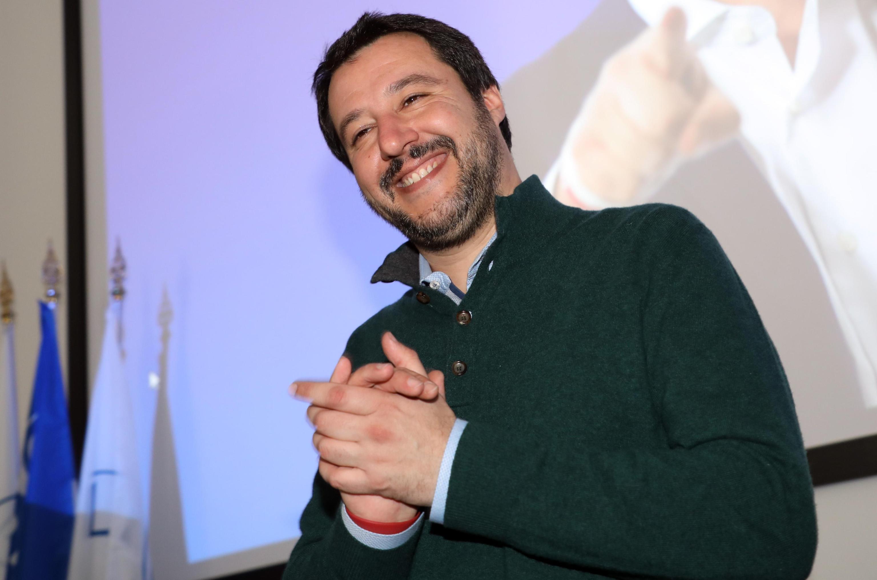 Salvini va in gelateria e la commessa non lo serve, licenziata: polemiche sul web