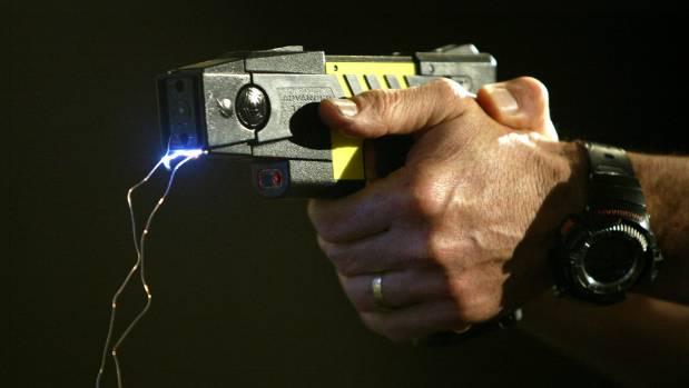 La pistola taser arriva anche in Italia: sperimentazione in sei città
