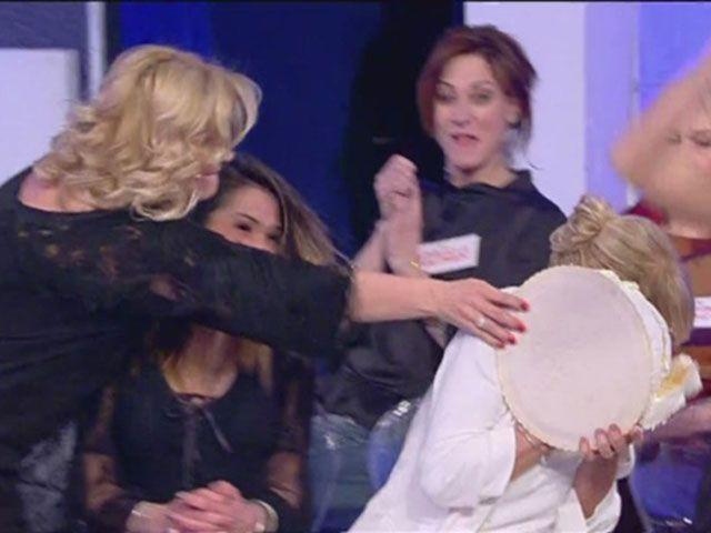 Uomini e donne: tra Tina Cipollari e Gemma Galgani finisce a torte in faccia