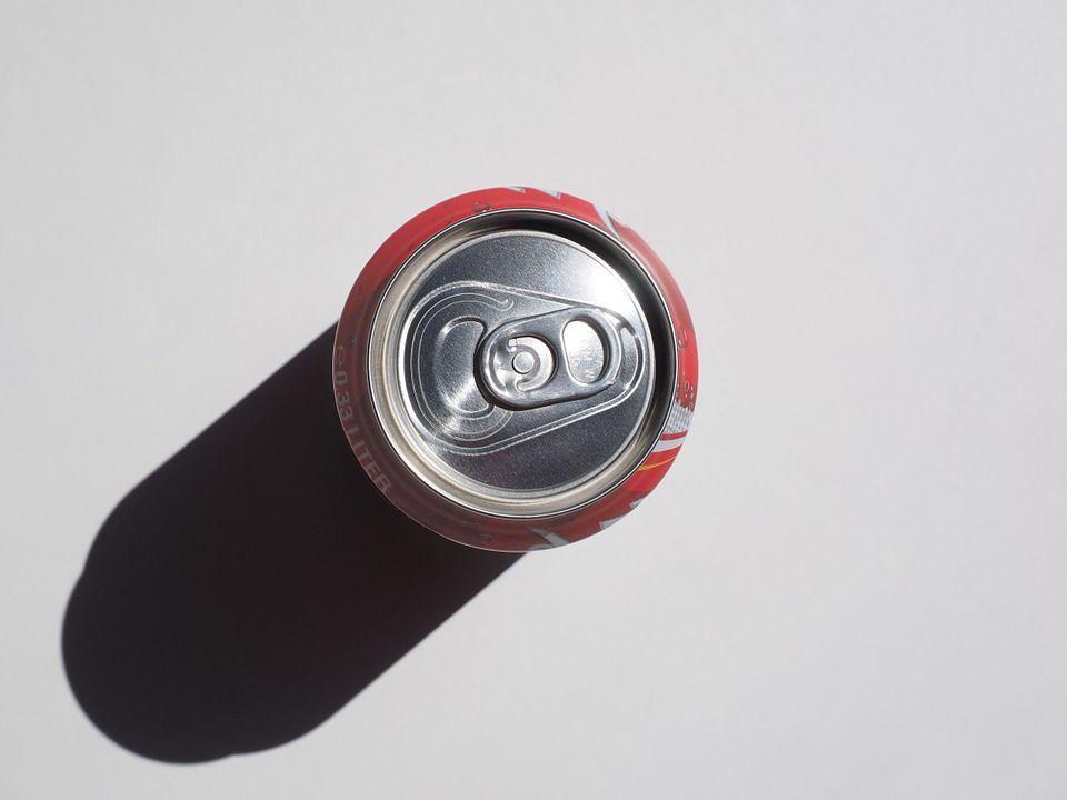 urinava nelle lattine di coca cola