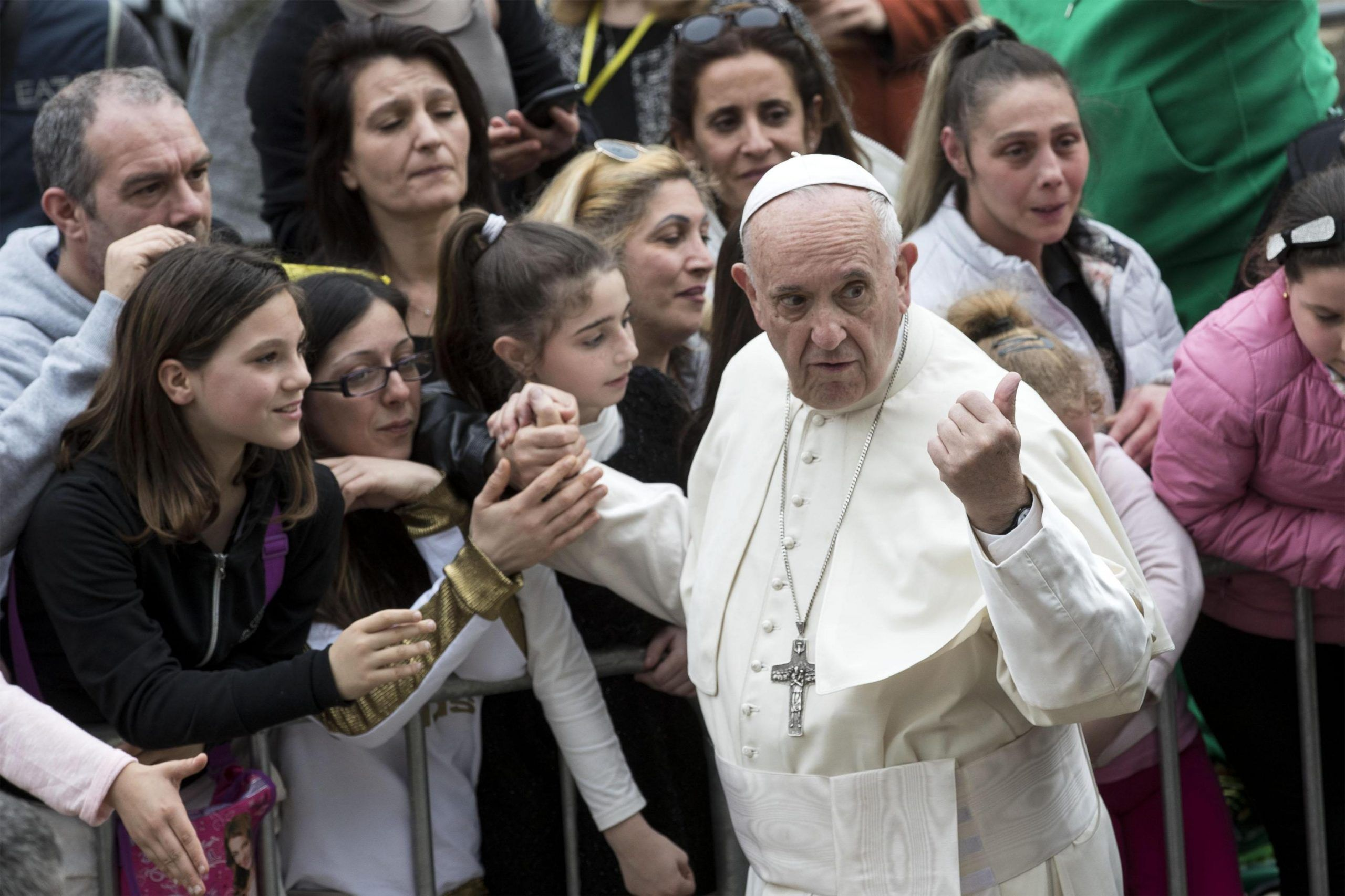 L'abbraccio di Papa Francesco a Emanuele