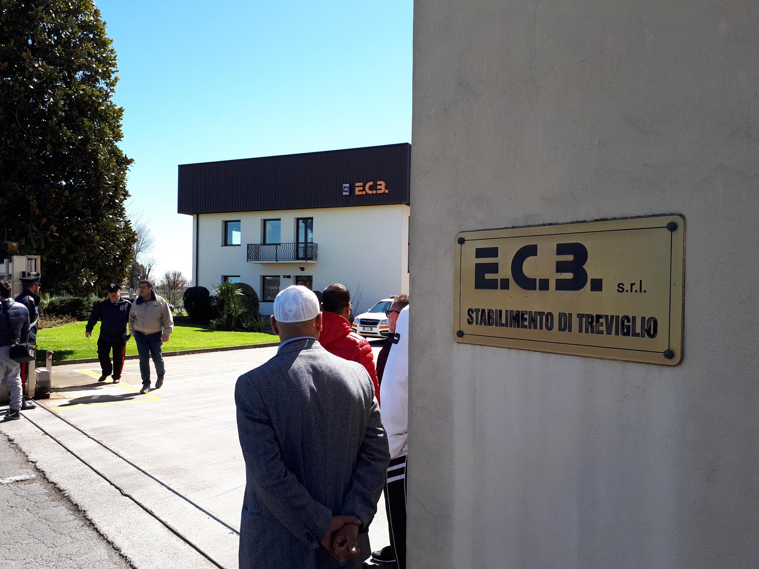 Esplosione a Treviglio in un'azienda: morti due dipendenti, il figlio di uno attendeva in auto