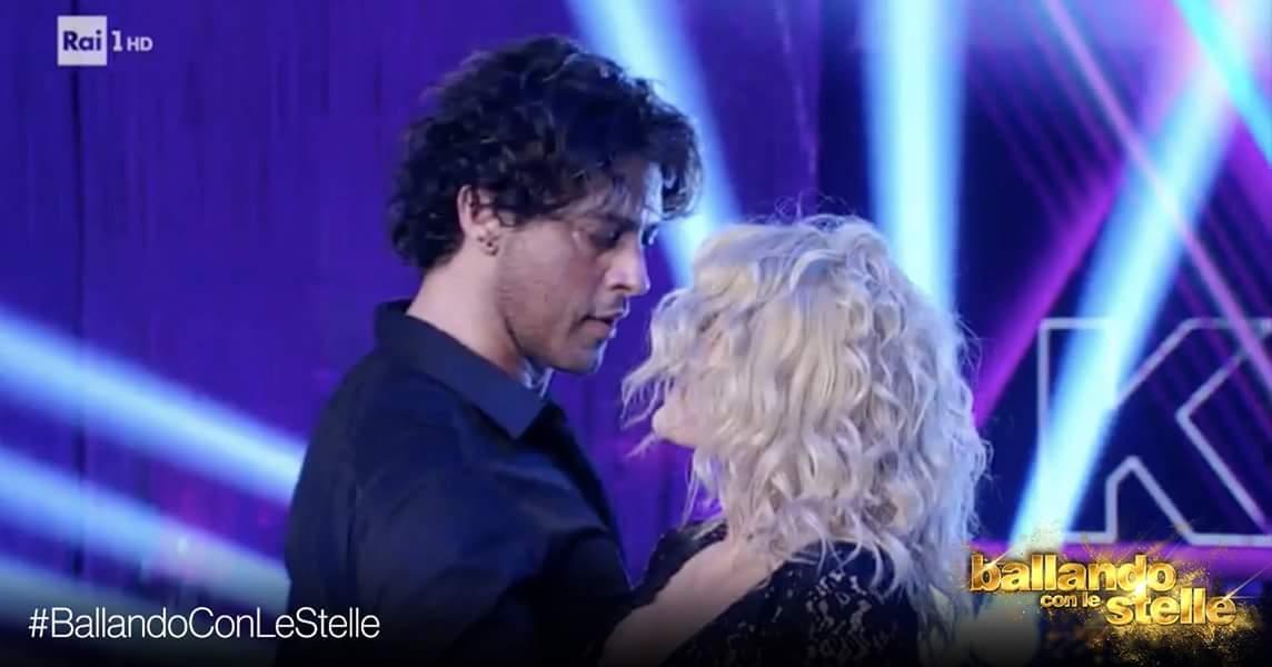 'Ballando con le stelle', Gabriel Garko si esbisce a volto coperto