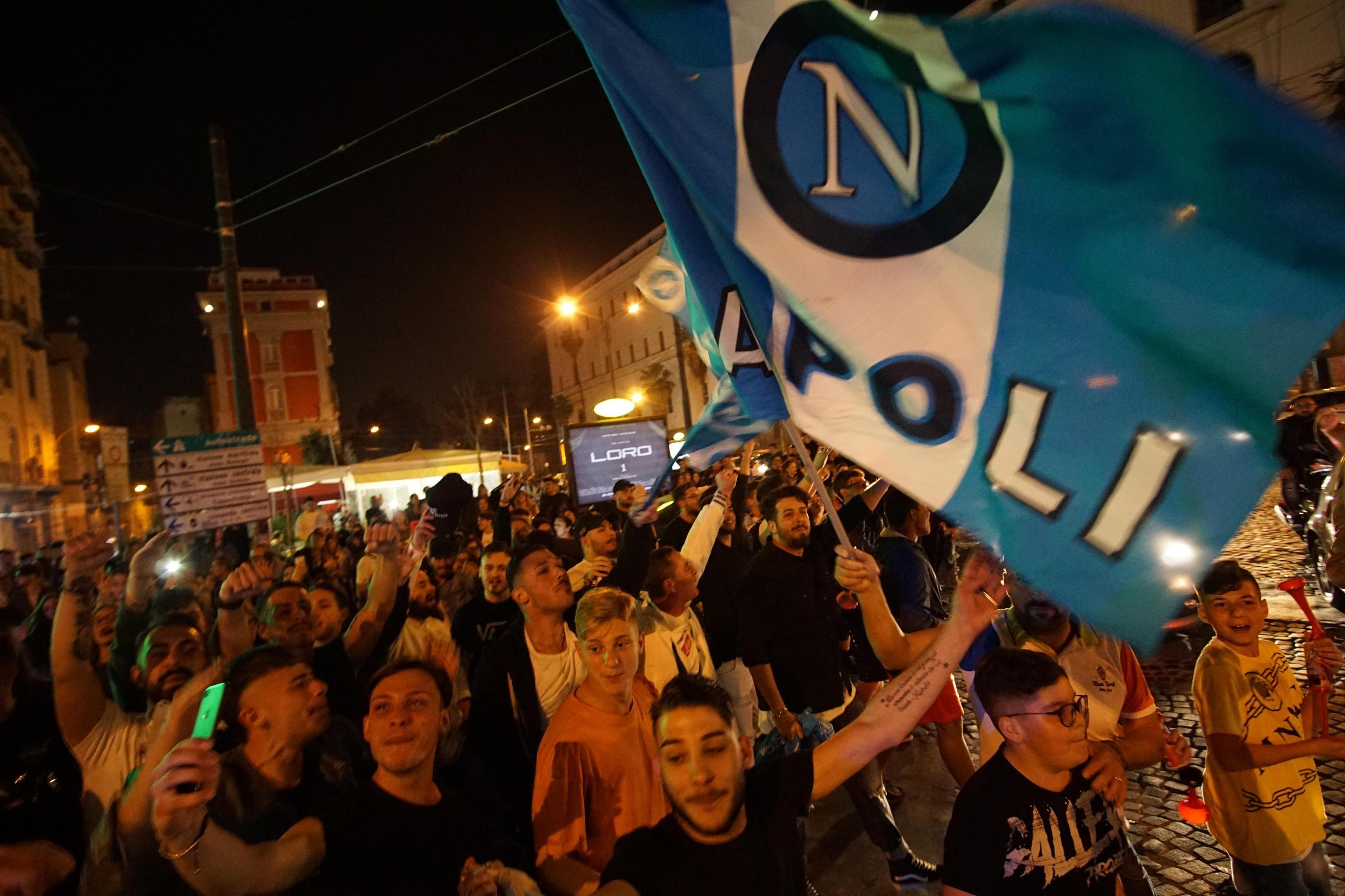Calcio: Napoli, festeggiamenti in strada in città