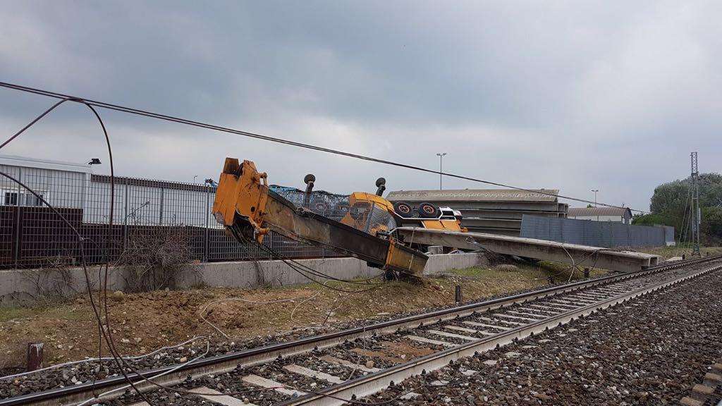 Treno deraglia nel cuneese dopo l'urto con una gru che lavorava nei dintorni della ferrovia