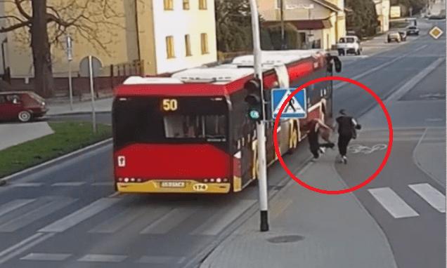 Spinge l'amica sotto l'autobus: scherzo o tentato omicidio?