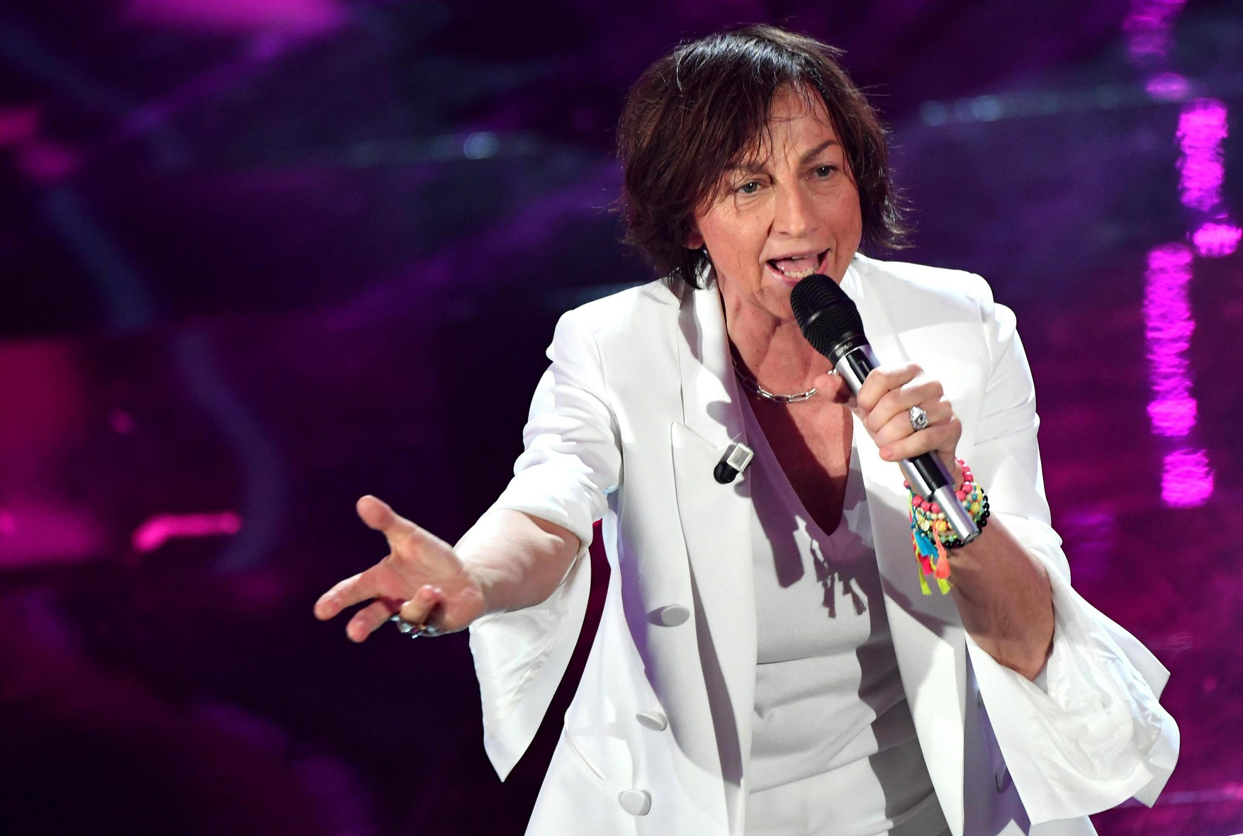 Gianna Nannini cade sul palco a Genova e si fa male: concerto sospeso