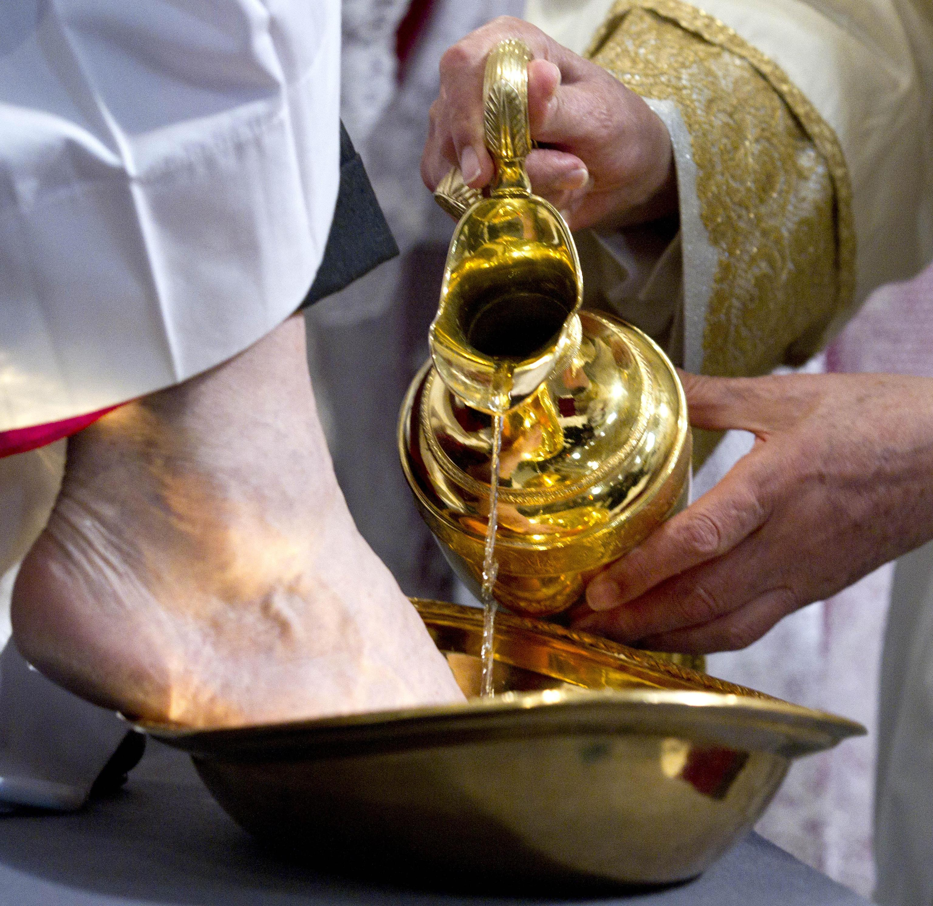 Manduria, prete si rifiuta di lavare i piedi ai migranti alla messa del Giovedì Santo: dopo la polemica interviene il vescovo