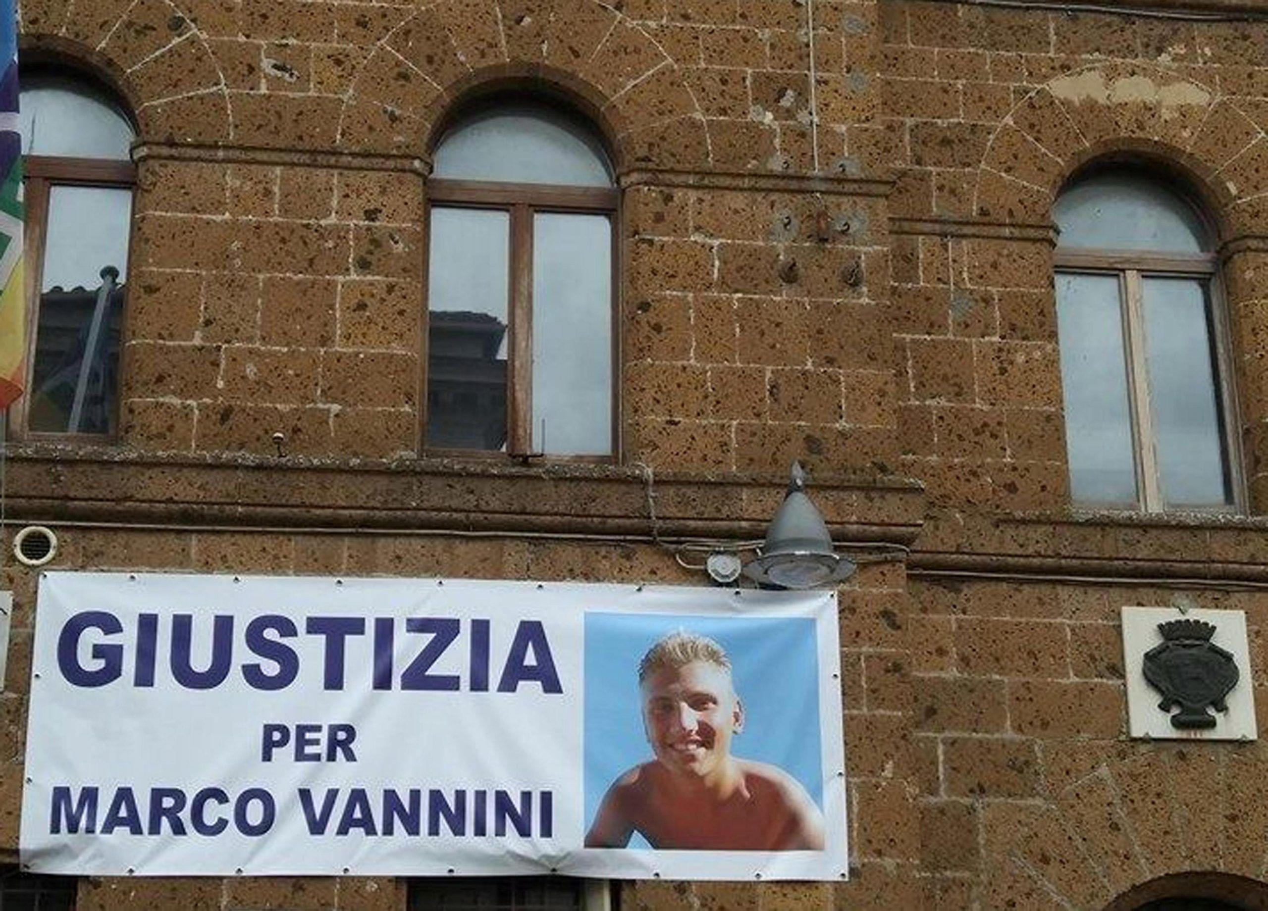 Morto in casa fidanzata striscione Giustizia per Vannini