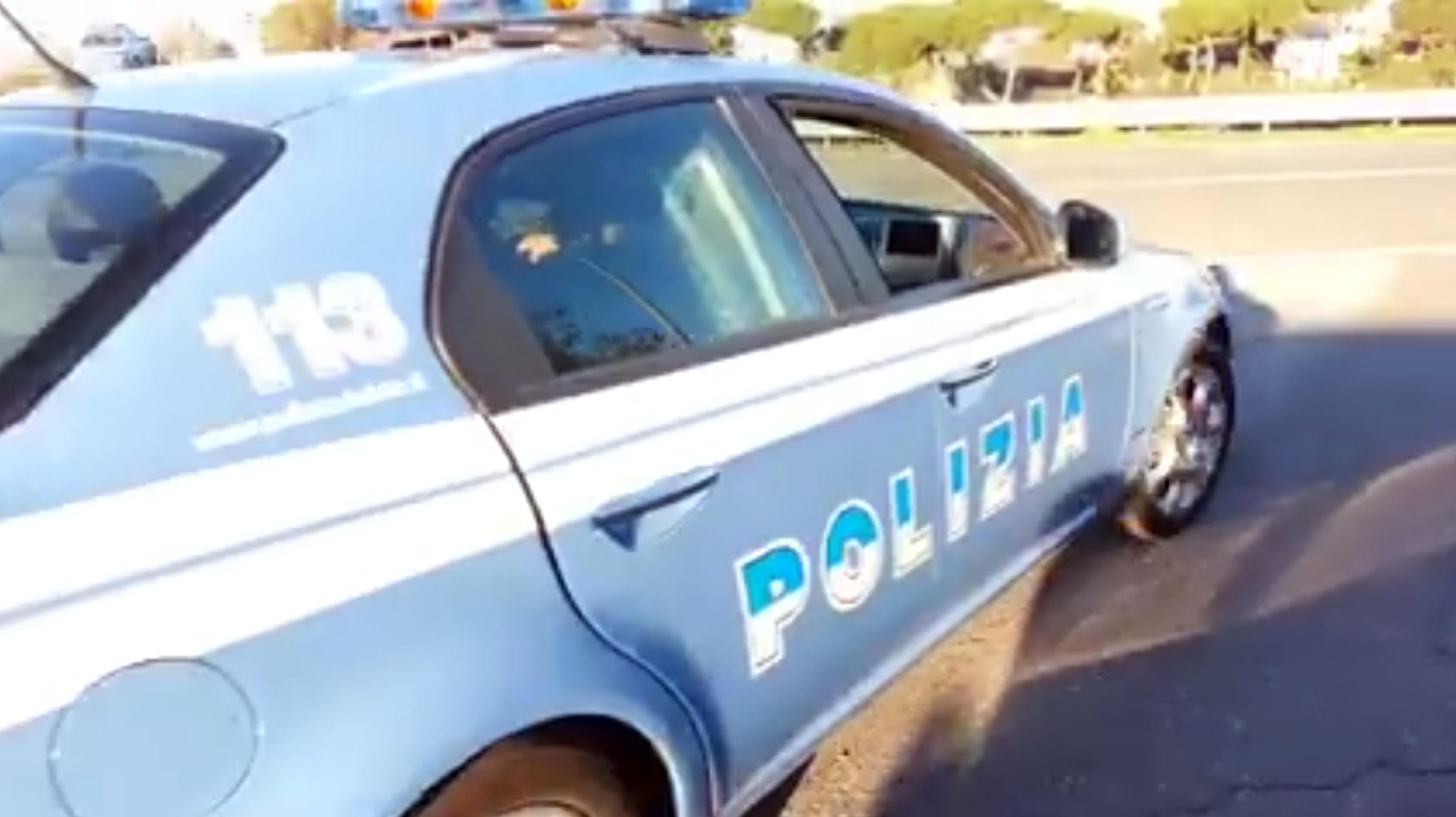 Poliziotti entrano nel campo rom alla ricerca di ladri ma vengono accerchiati e aggrediti