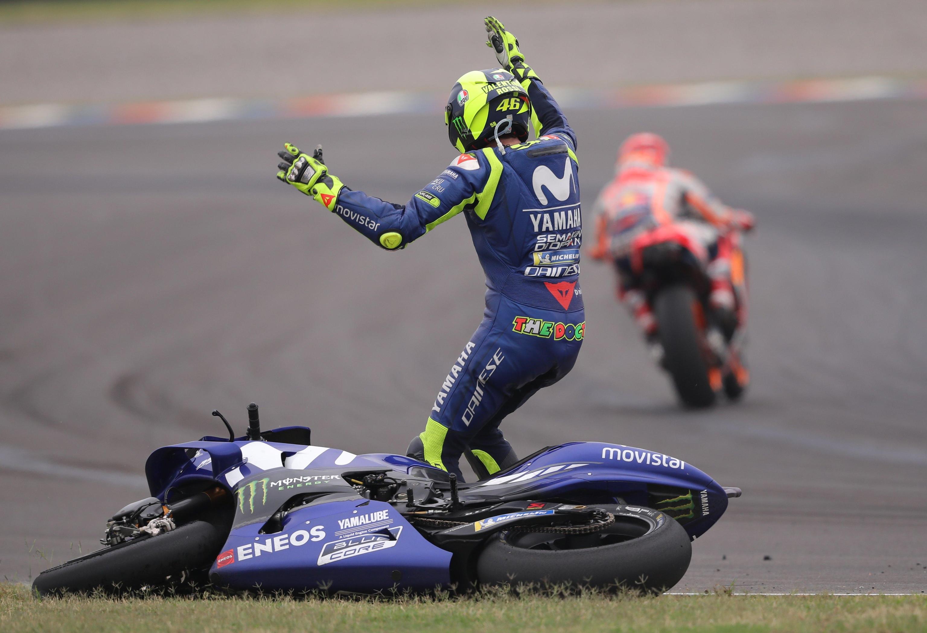 Marc Marquez fa cadere Valentino Rossi al Gp di Argentina, il Dottore: 'Ho paura a correre con lui, è pericoloso'