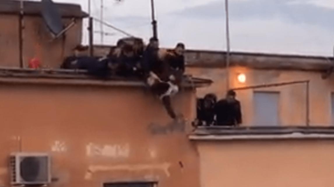 Roma: tenta il suicidio, si lancia nel vuoto ma gli agenti lo salvano al volo