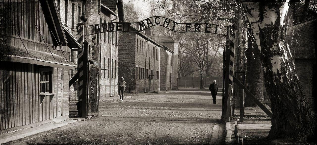 Auschwitz: le foto di una vittima del campo di concentramento diventano a colori