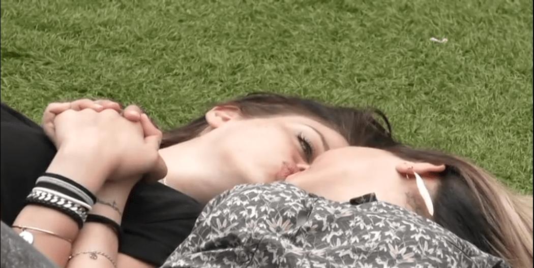 Bacio tra Veronica Satti e Lucia Orlando