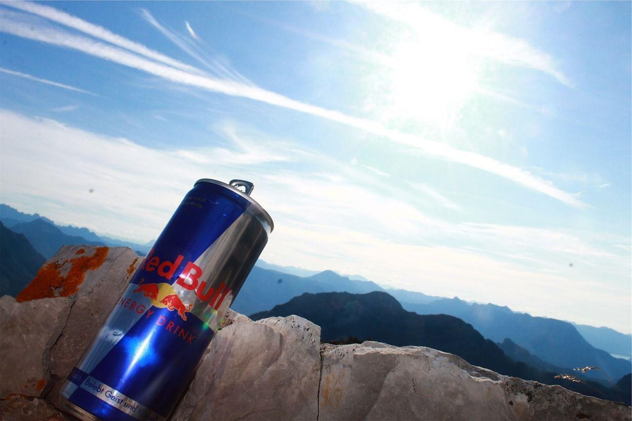 Beve 25 Red Bull in 6 ore e rischia di morire: 'Sono droghe vanno bandite'
