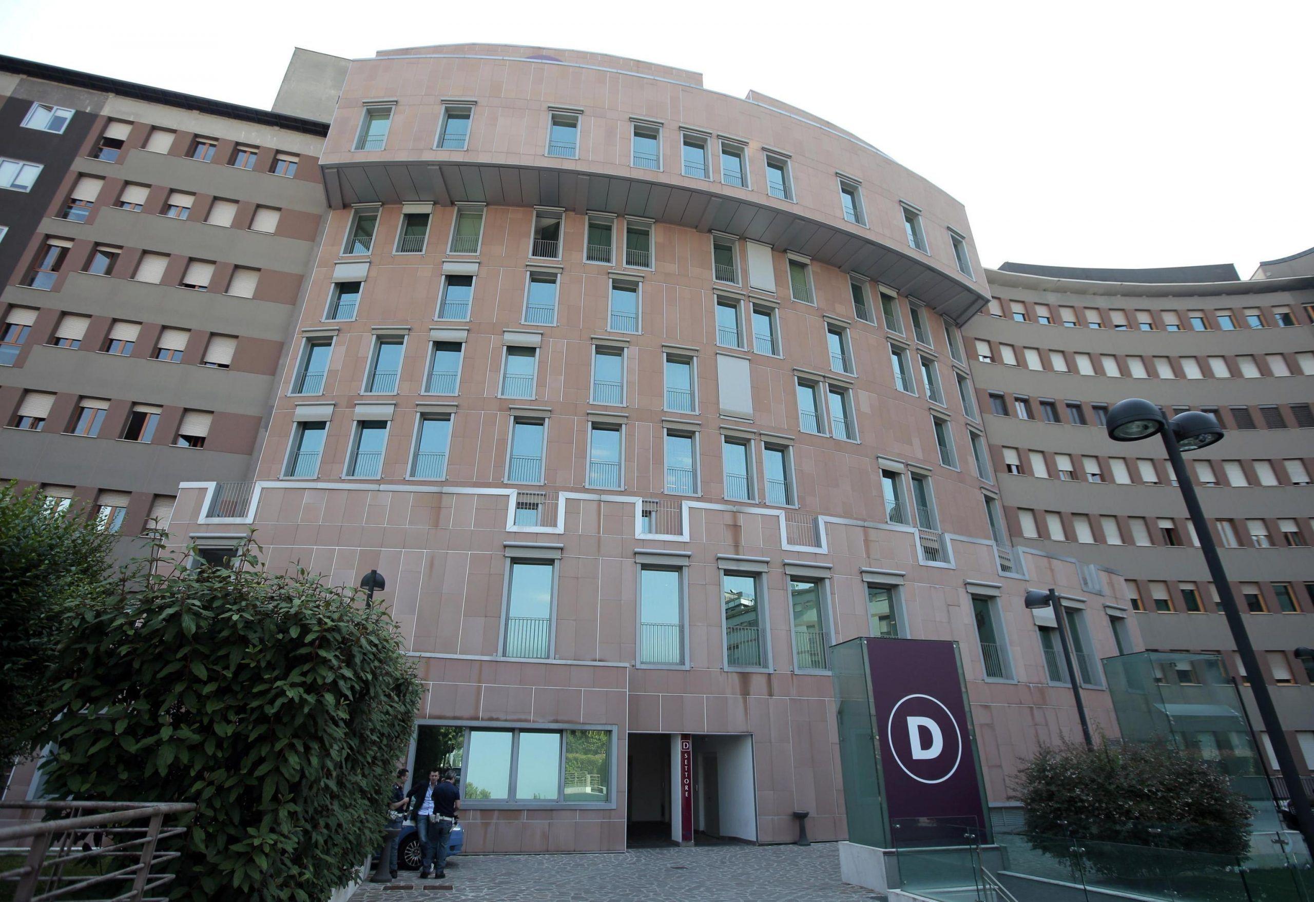 Cade dal balcone per inseguire la palla bimbo di 4 anni muore nel milanese