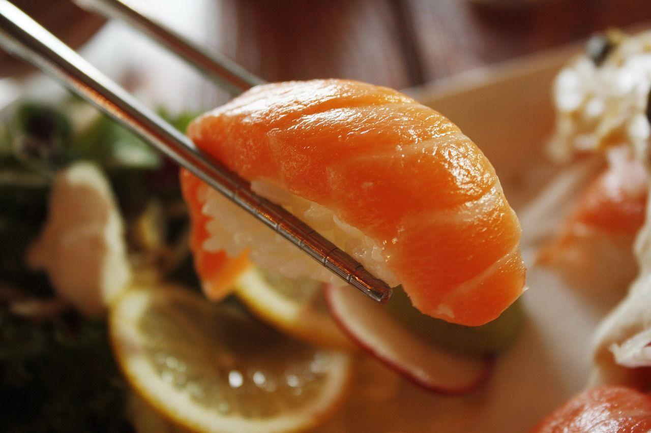 Giappone il sushi è così fresco che tenta di scappare dal piatto