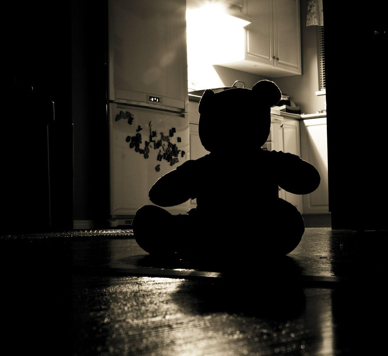 Padre abusa della figlia per 5 anni e la mette incinta: arrestato