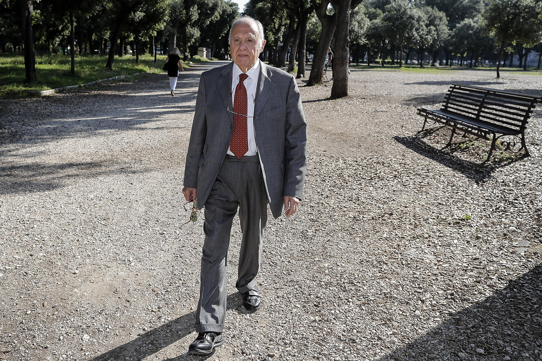 Paolo Savona passeggia a Villa Borghese
