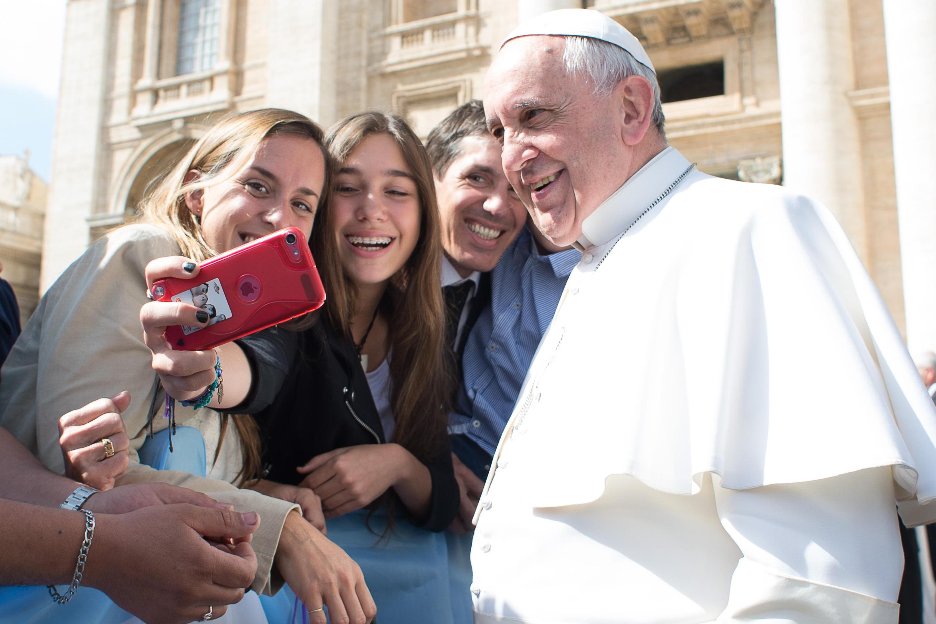 Papa Francesco preoccupato per i giovani: 'Troppi selfie, non gli interessa stringermi la mano'