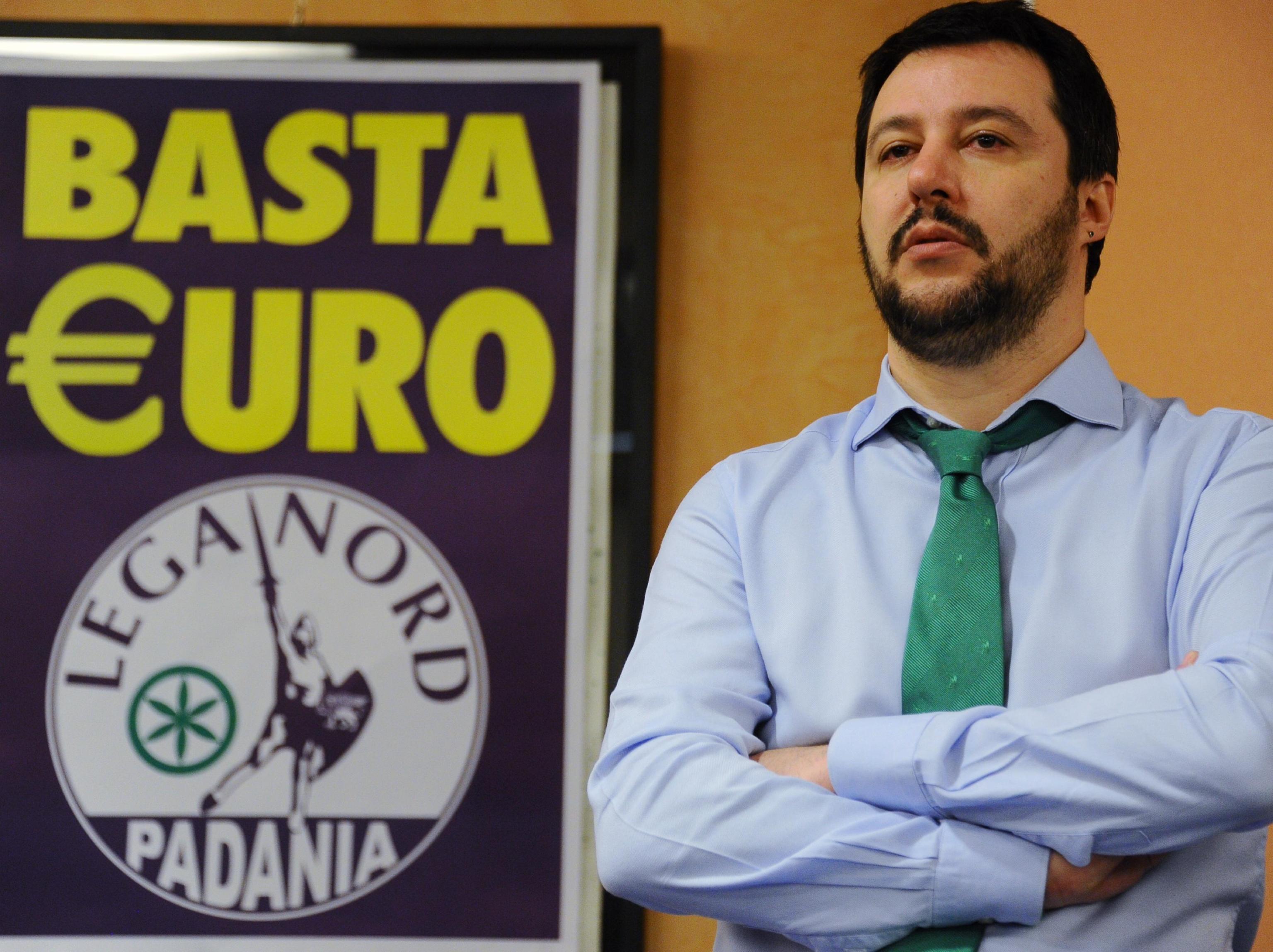 La Lega Nord cancella la scritta 'Basta euro' dalla sede storica di Milano