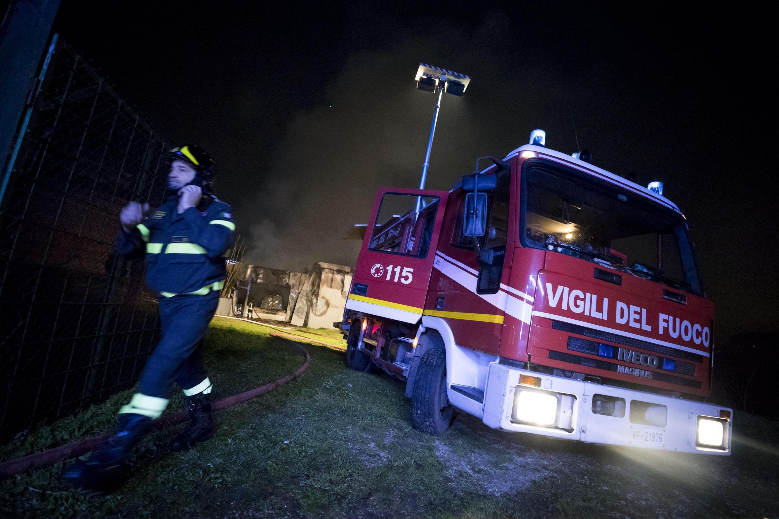 Capannone in fiamme a Roma, evacuate case per precauzione