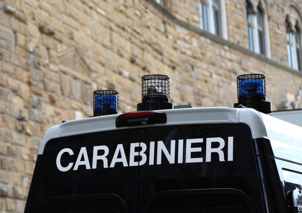 Uomo trovato accoltellato davanti a una scuola media di Bari