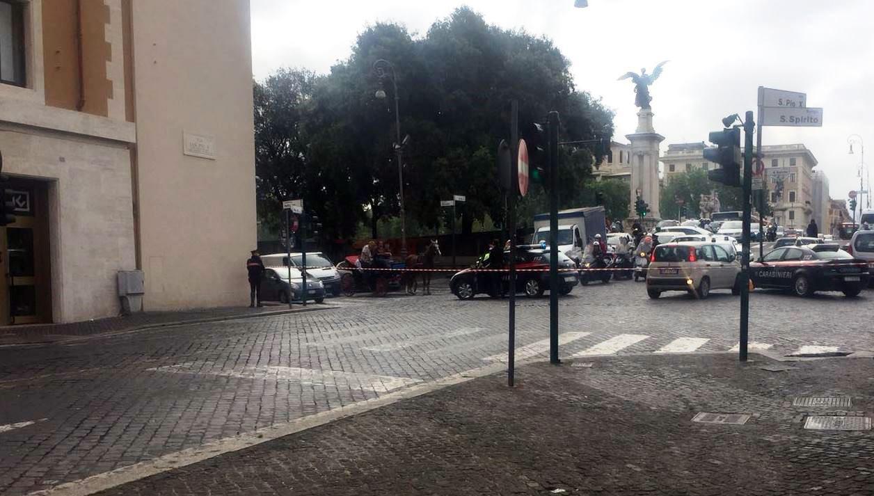 Allarme bomba in banca vicino San Pietro, evacuata la zona