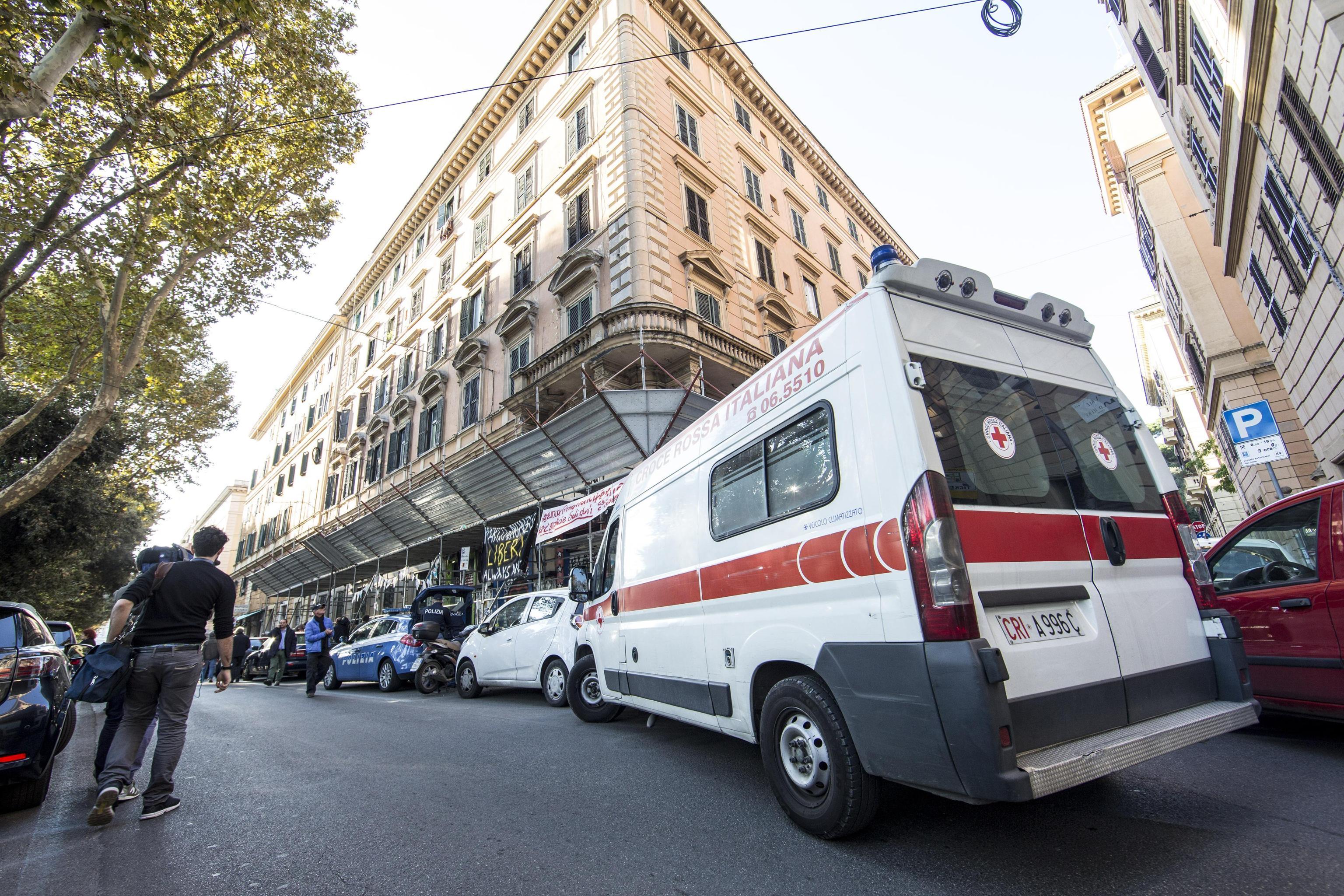 Roma, donna muore precipitando nella tromba dell'ascensore
