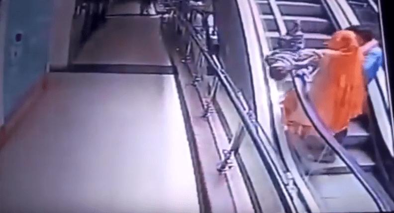 Bimbo di 10 mesi cade dalle braccia della mamma e muore: i genitori scattavano selfie sulle scale mobili