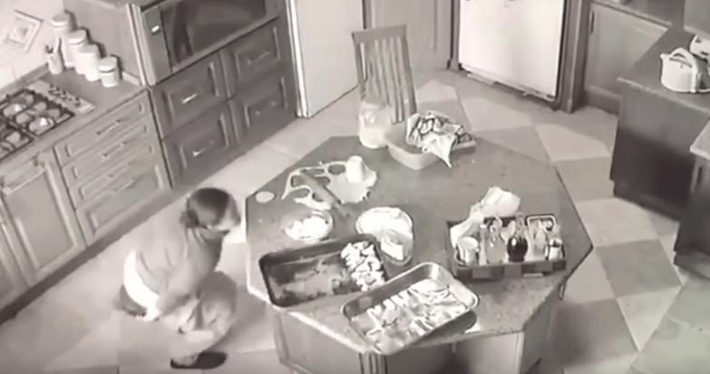 Cameriera urina nel cibo: incastrata dalla telecamera