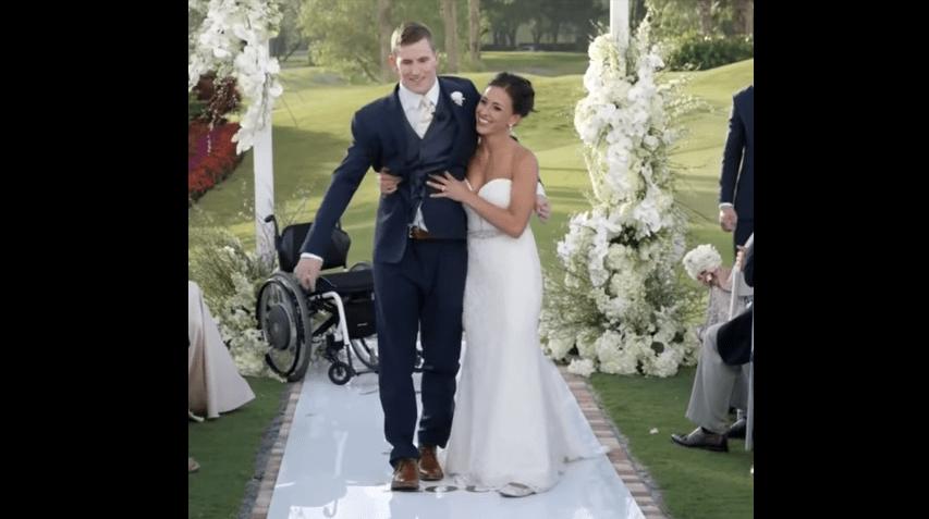 Chris, paraplegico, porta la moglie all'altare camminando e corona il suo sogno d'amore