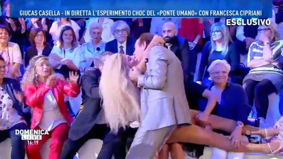 'Domenica Live', Francesca Cipriani e l'esperimento sexy