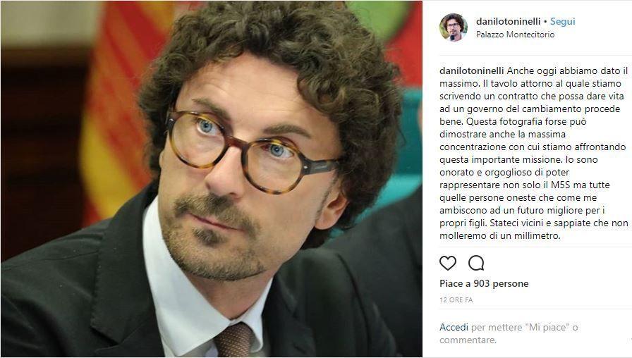 Danilo Toninelli su Instagram: una foto scatena l'ironia