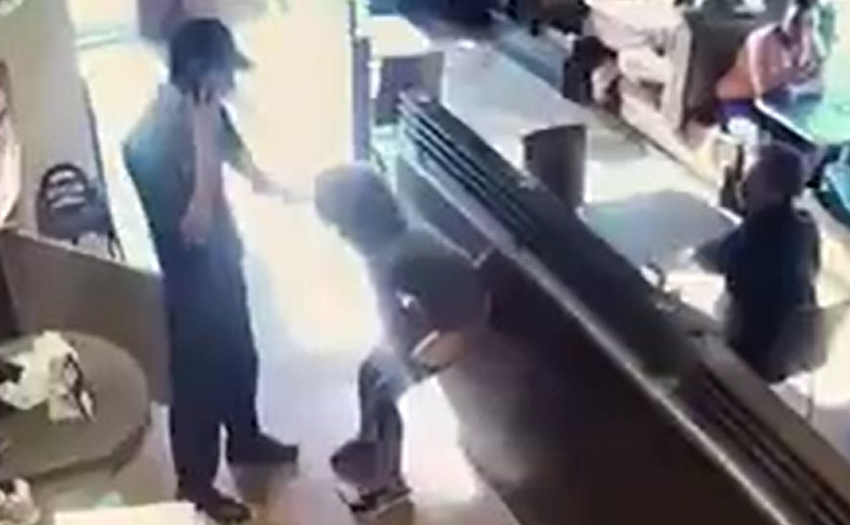 donna defeca in un bar
