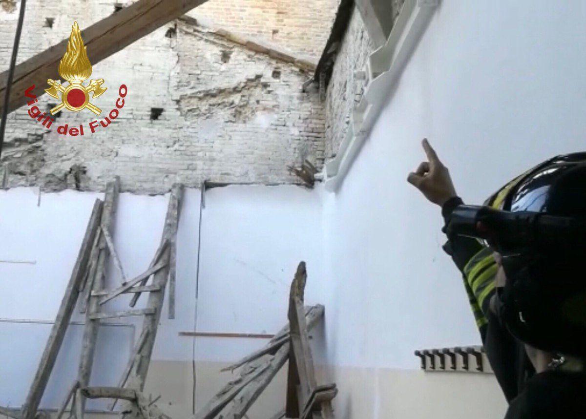 Fermo, crolla il tetto nell'aula di un istituto tecnico poco prima dell'entrata degli studenti