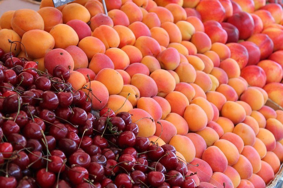 frutta di colore arancione e rosso