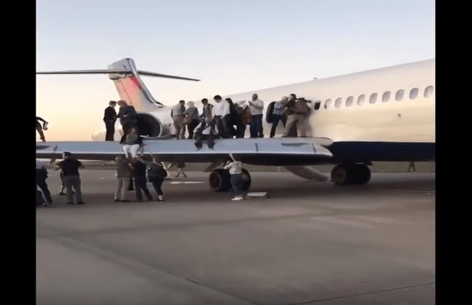 Fumo nella cabina dell'aereo, passeggeri nel panico scivolano sulle ali