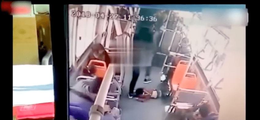 Getta bimbo a terra sull'autobus e lo prende a calci in testa