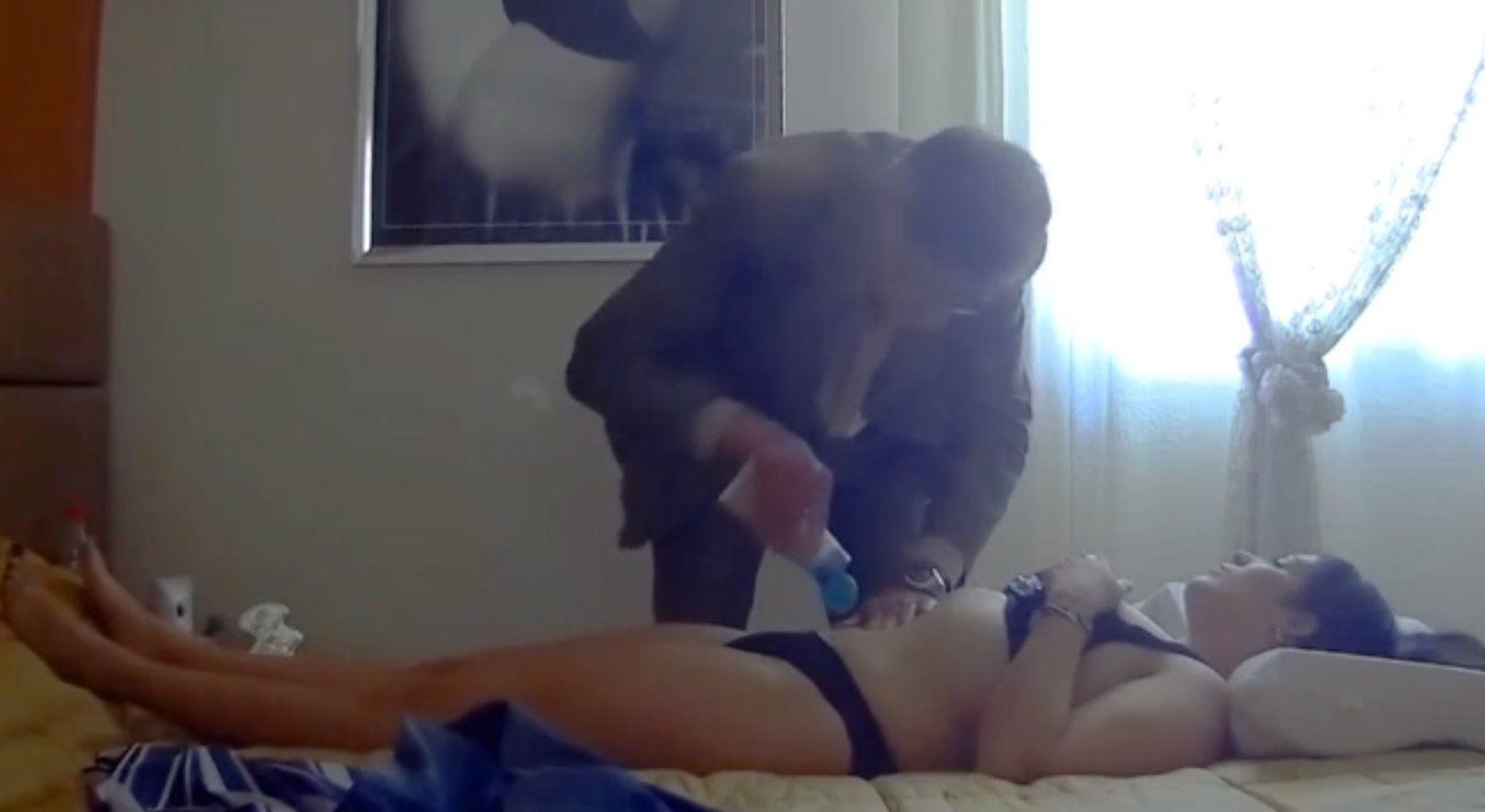 Il pedagogista che aiuta i bambini con massaggi hot alle mamme
